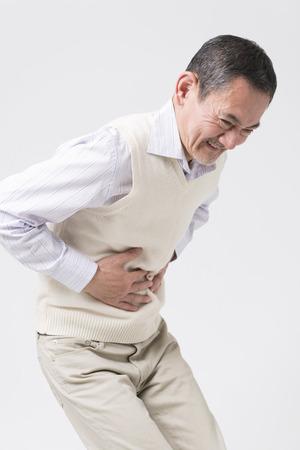 abdominal pain: el hombre se queja de dolor abdominal alto