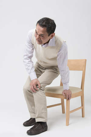 articulaciones: Hombres mayores que se quejan de dolor en las articulaciones