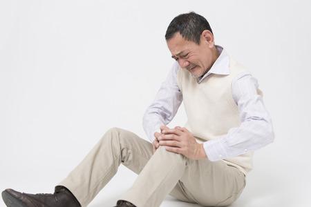 complain: Senior men complain of joint pain