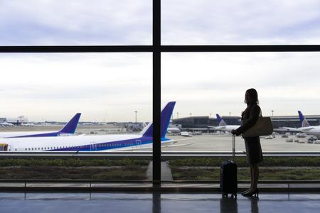OL silueta de pie en el salón del aeropuerto Foto de archivo - 47074951