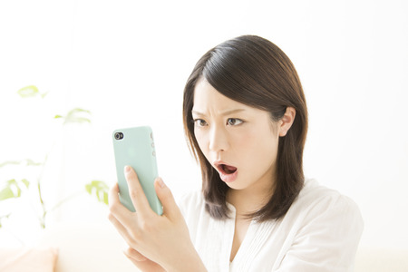 occurs: Women that occurs with a smartphone