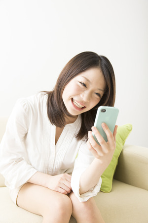 kink: Women who laugh to see the smartphone