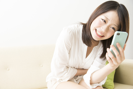 japanese people: Women who laugh to see the smartphone