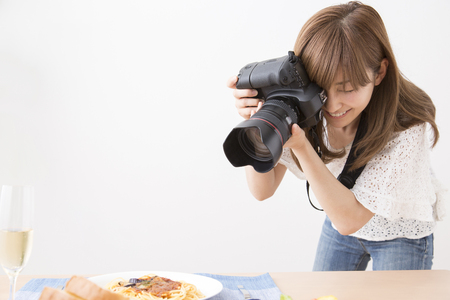 Woman photographer to shoot cuisine Imagens