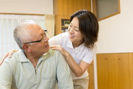 Pflegearbeiter Großvater zu fördern Standard-Bild