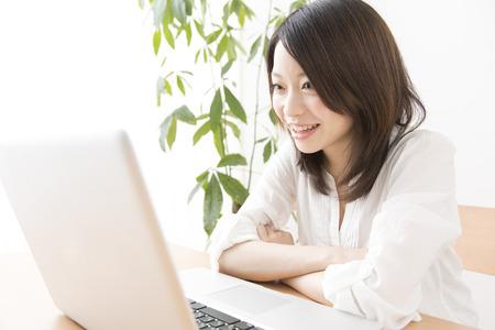 Women who watch videos on a laptop