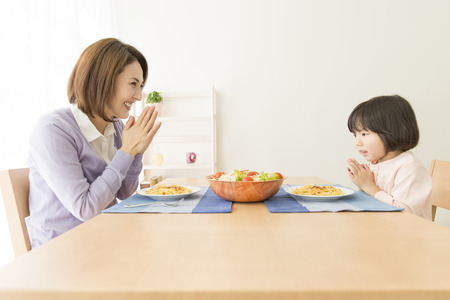 asian toddler: To eat the mother and daughter Stock Photo