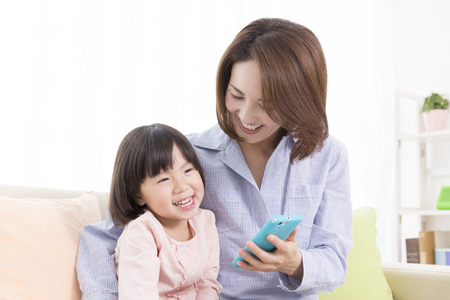 manipulate: Mother daughter I will manipulate the Smartphone