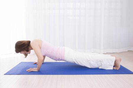 pushups: Woman to push-ups
