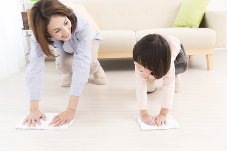 母と娘ぼろハンギングに 写真素材
