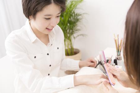 10s: Women in nail art