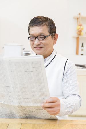 年配の男性の読書新聞 写真素材