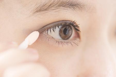 and eyelid: Women to put eye shadow