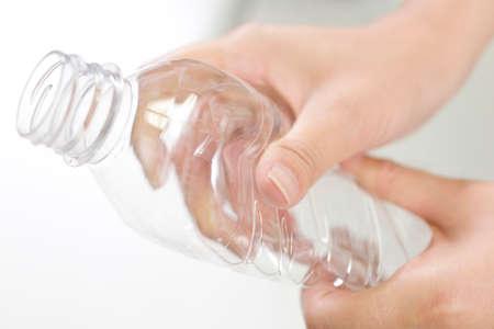 botellas pet: Mano a aplastar las botellas de PET
