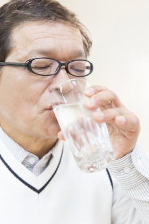 tomando agua: Hombres mayores que el agua potable