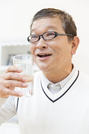 agua potable: Senior men drinking water