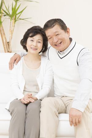 mujeres ancianas: Sonriente pareja de ancianos