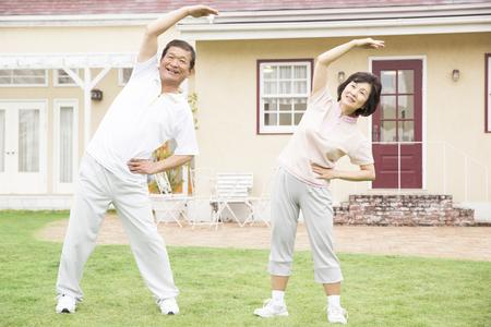 Starší pár gymnastiky Reklamní fotografie