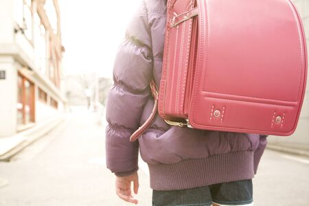 mochila escolar: Elementary school students carrying a school bag