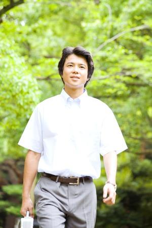 short sleeved: Businessman walking in the park