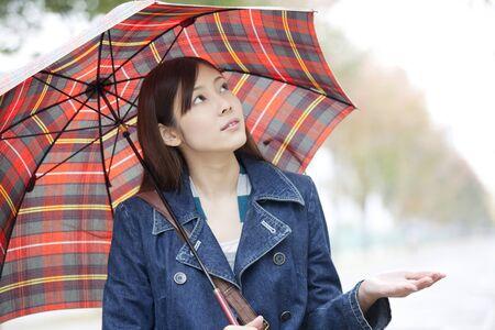 seres vivos: Mujeres para asegurarse de si está lloviendo