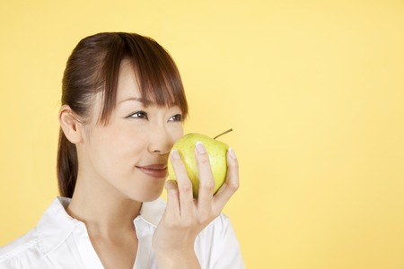 seres vivos: Women smell the smell of apple