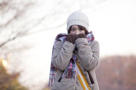 女性のスカーフまで彼女の口を愛しています。 写真素材