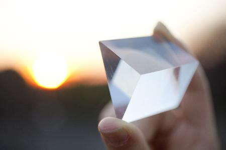 Hand van een vrouw met een prisma Stockfoto