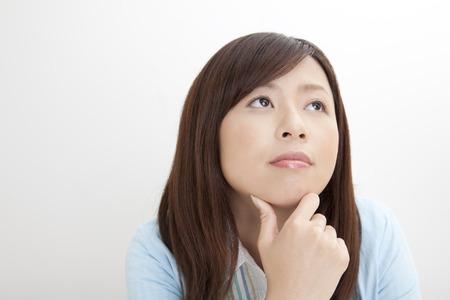 女性は何かについて考える 写真素材
