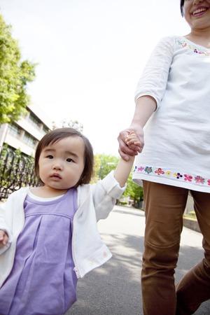 niÑos contentos: Padre e hijo de la mano y caminar Foto de archivo