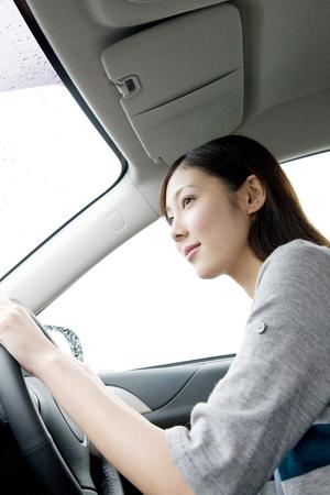 Vrouw om de bediening van de auto