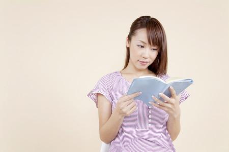 los seres vivos: Muchacha que lee un libro