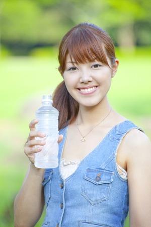 tomando agua: Mujer de agua potable