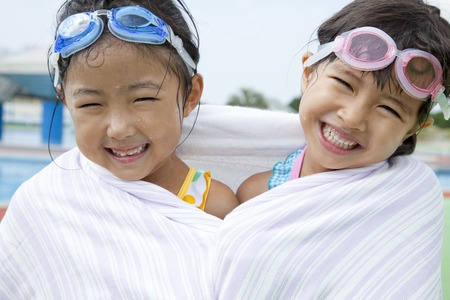 bath towel man: 2 girls of swimsuit that winding a bath towel on the body Stock Photo