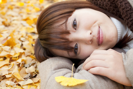 put on: Women who put the ginkgo leaves in the arm Stock Photo