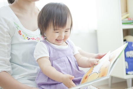 Girls get to read picture books to mother 版權商用圖片