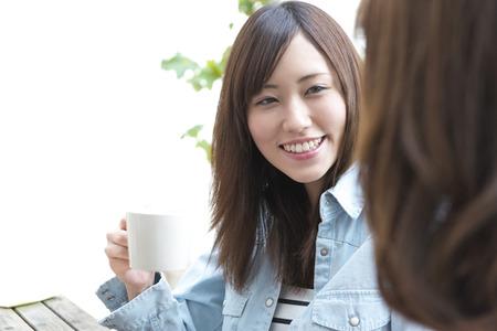두 명의 여성이 Caf에서 스위트를 먹는다.