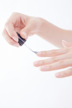 爪を描く女の手