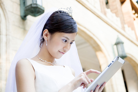 ipad2: Bride to use the tablet PC Stock Photo