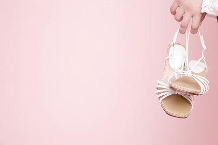 sandalias: Manos de mujer con sandalias