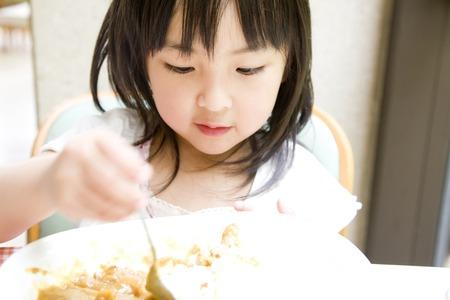 kindergartener: Girl eating curry rice