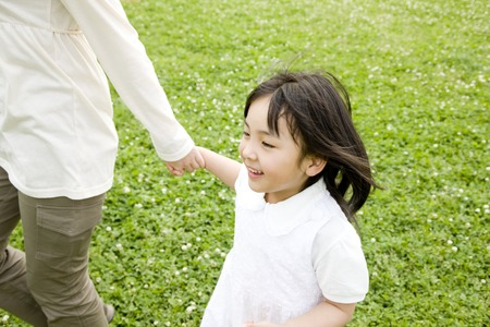 kindergartener: Girl that connects the mother and hand