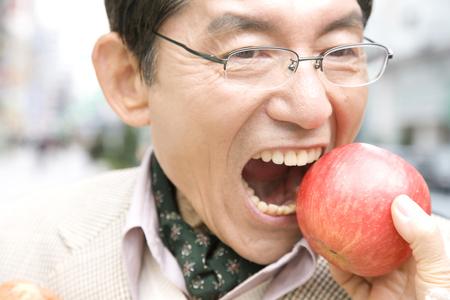 gnaw: Men who take galling to apples