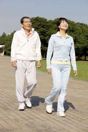 Couple en marche Banque d'images