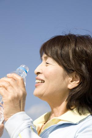 tomando agua: Woman drinking water Foto de archivo