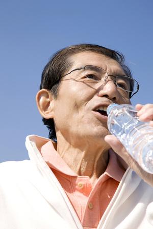 tomando agua: Hombres agua potable Foto de archivo