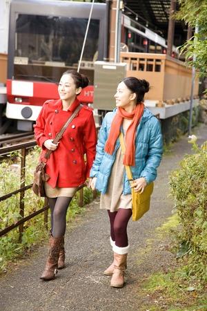 歩きながら話す女性 写真素材