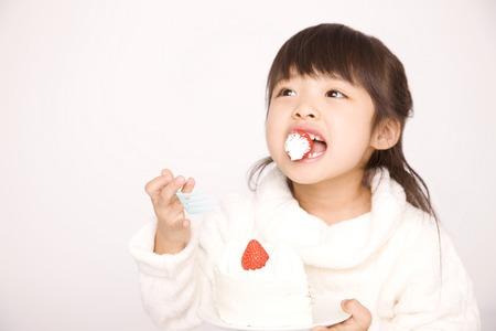 Mädchen essen Kuchen. Standard-Bild - 47003538