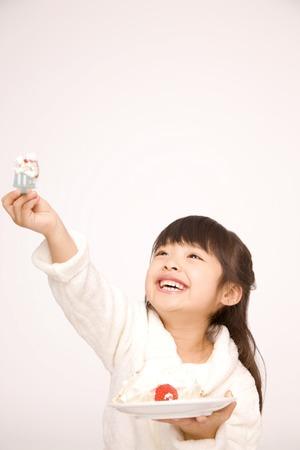 女の子はケーキを食べる。 写真素材