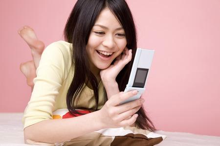 seres vivos: Las mujeres con un teléfono móvil